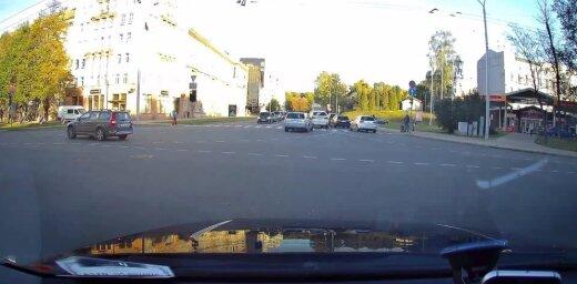 """ВИДЕО: """"С людьми что-то происходит"""". Volvo игнорирует светофор и разметку"""