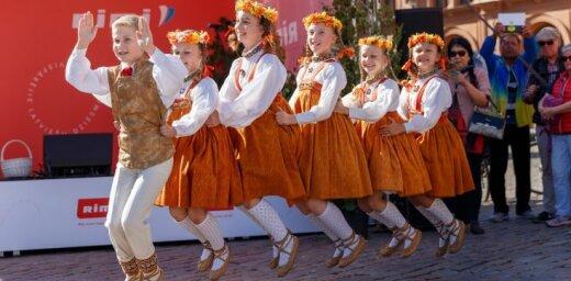 Foto: Ar dančiem un dziesmām atklātas Dziesmu un deju svētku vēstniecības visā Latvijā