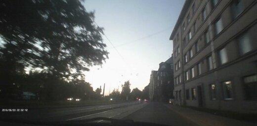 Video: Eksporta un Hanzas ielas krustojumā 'fūre' pazaudē savu piekabi