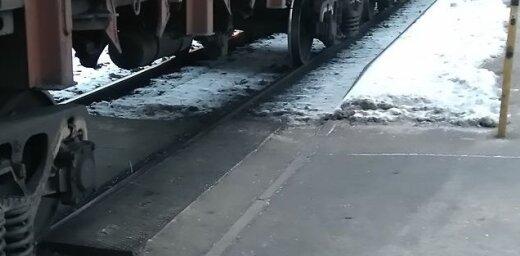Sieviete kravas vilciena dēļ nokavē savu reisu uz Skulti; uzņēmums taisnojas