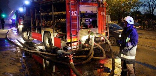 Naktī Amatas novadā dzīvojamā mājā plosījies ugunsgrēks 300 kvadrātmetru platībā