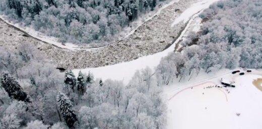 Video: Sniegotā ziemas pasaka Siguldā no putna lidojuma