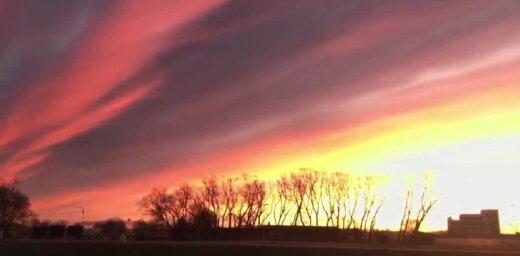 Krāšņa aina: Jelgavas debesis izdaiļo rīta saule