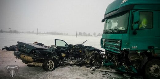 Autoavārijā uz Bauskas šosejas dzīvību zaudē divi cilvēki; viens cietis