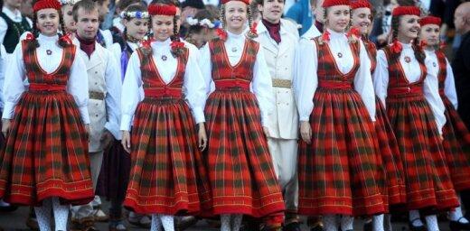 Latvijas simtgades ekspresis ar dziedātājiem un dejotājiem piestās Rīgā
