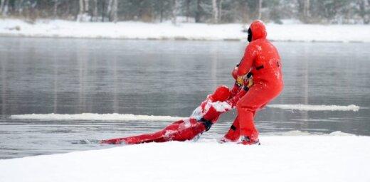 Otrdien Buļļupē ugunsdzēsēji izglābuši ledū ielūzušu cilvēku