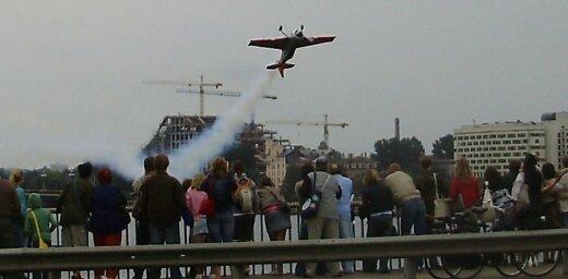 Aviošovs, skats no Vanšu tilta un neliela autoavārija