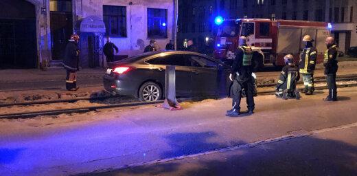 ФОТО: На улице Маскавас между рельсами застряла машина