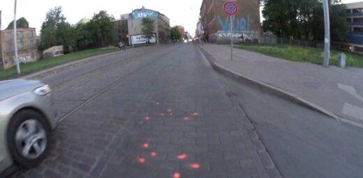 Video: Barona ielas bruģis noklāts ar rozā punktiņiem; pašvaldība neizpratnē