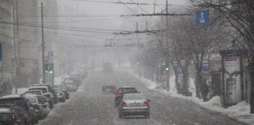 Piektdien daudzviet Latvijā sniegs apgrūtina braukšanu