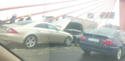 ВИДЕО: Утром на Южном мосту столкнулись шесть машин; образовалась огромная пробка