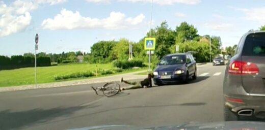 Video: Kā Mārupē uz gājēju pārejas 'Fiat' jūlijā notrieca riteņbraucēju