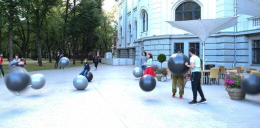 Foto: Krāsas un bumbas – 'Poētiskā robotisma' performance Rozentāla laukumā
