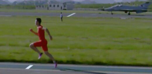 Video: Ķīniešu sprinteris ātrāks par iznīcinātāju