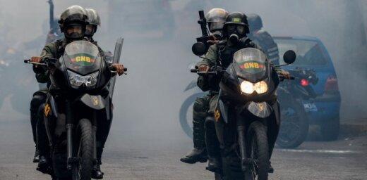 Krīzes skartā Venecuēla izstāsies no AVO; valstī turpinās nāvējoši protesti