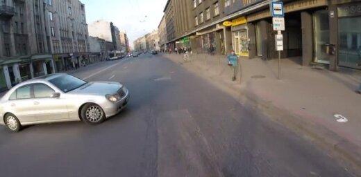 Video: 'Mercedes' Rīgā gandrīz notriec velosipēdistu