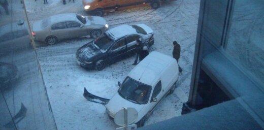 Avārija piesnigušajā Rīgā
