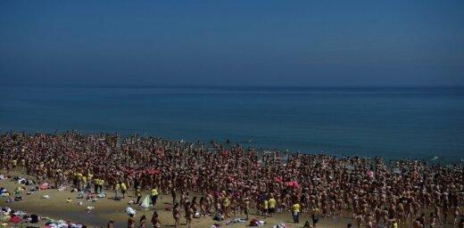 Рекорд Гиннеcса: 2500 обнаженных женщин собрались на пляже и окунулись в море
