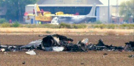 Foto: Pie Madrides nogāžas iznīcinātājs F18; pilots gājis bojā