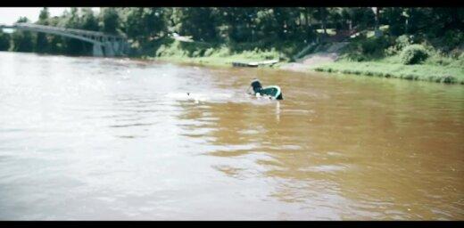 Video: Ogres upē apgāžas laiva ar diviem cilvēkiem; iesaistās glābēji
