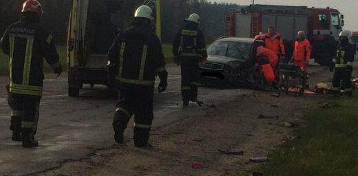 ФОТО: На шоссе Гулбене-Смилтене лоб в лоб столкнулись Audi и Ford