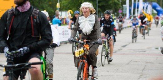 Foto: Gandrīz 6000 riteņbraucēji dodas Vienības velobraucienā