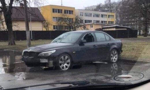 ФОТО: Воры изуродовали BMW в Иманте