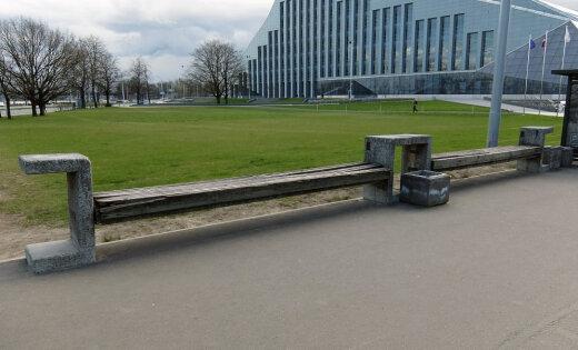 """Благоустройство"" Замка света - библиотеку построили, а про газон и скамейки забыли"