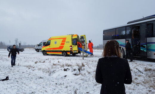 На вентспилсском шоссе столкнулись автобус и фура; пострадало шесть человек