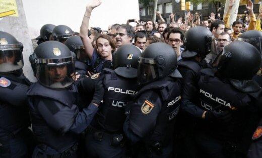 Spānijas valdības pārstāvis kritizē Katalonijas policiju par nepietiekamo rīcību