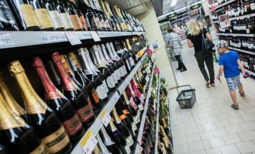 """""""Абсурд и позор"""": в Литве из иностранных журналов вырывают страницы с рекламой алкоголя"""