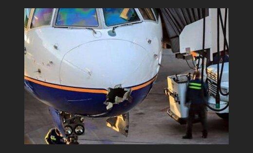 Молния пробила дыру в самолете, летевшем из Рейкьявика в США