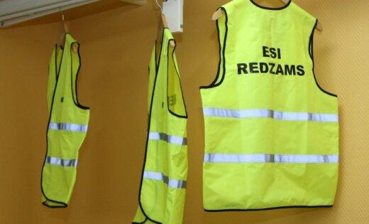 Atstarojošas vestes gājējiem un velosipēdistiem, kā arī veloķiveres bērniem būs obligātas