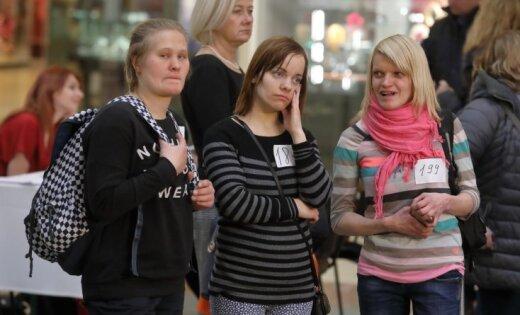 Foto: Dāmu pūlis raujas uz TV3 pārvērtību šovu