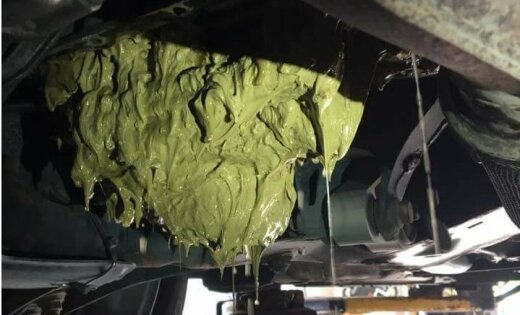 Foto: Kad sieviete auto motorā ielej logu mazgājamo šķidrumu