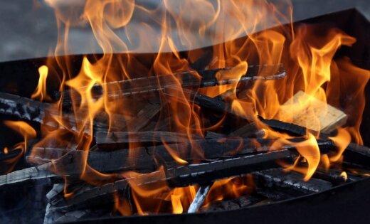 Школьники сжигали мусор возле участка муниципальной полиции
