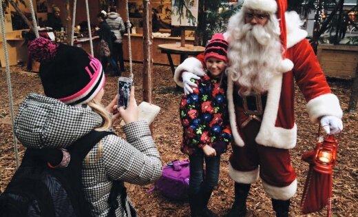 Foto: Tartu pilsētas centrā izveidots Ziemassvētku eglīšu mežs, no piparkūkām izcepta universitāte