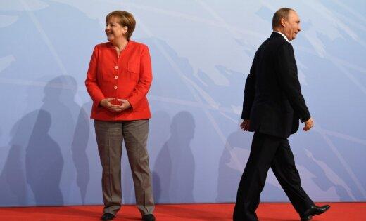 'Merkele nebaidās no suņa Putina': Krievijas vēstniecība vācu žurnālam pieprasa atvainošanos