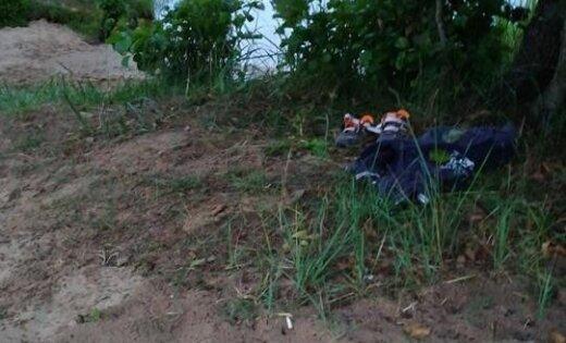 На берегу пруда под Ригой нашли детские вещи: полиция ищет владельца
