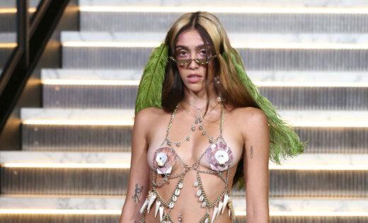 Neskūtas kājas un gliemežvāki: Madonnas meita provocē alternatīvā šovā
