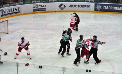 """ВИДЕО: Хоккеисты """"Авангарда"""" устроили массовую драку на корпоративе"""