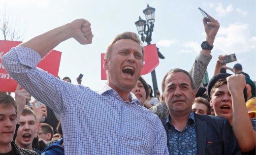 ЕСПЧ оштрафовал РФ за отказ в выдаче загранпаспорта Навальному, арестованному на 30 суток