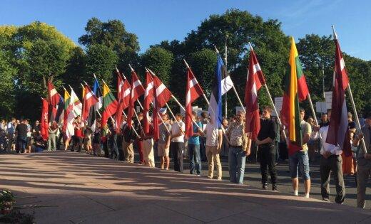 Video: Protesta akcija pret bēgļu uzņemšanu noslēdzas ar himnu (teksta tiešraides arhīvs)