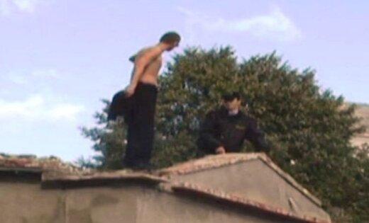 Jaunietis Liepājā nolecis no divstāvu ēkas jumta