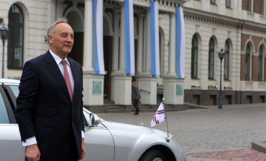 Četri deputāti prasa apturēt Eiro likumu; prezidents to tomēr izsludinās