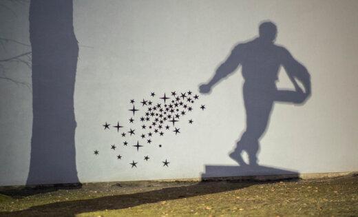 Foto: 'Zvaigžņu sējējs' – Lietuvā atjauno iemīļotu ielu mākslas darbu