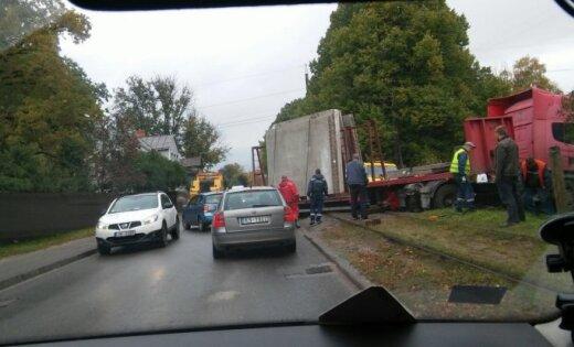 Bišumuižā avarējusi kravas automašīna nobloķē tramvaja sliedes; kustība atjaunota