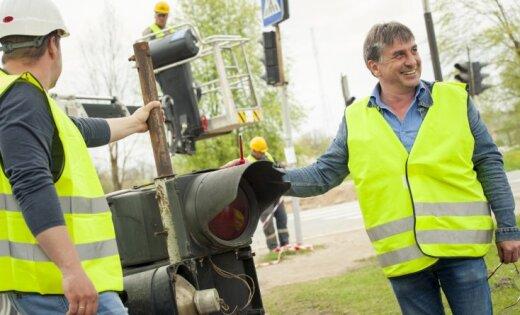 Foto: Demontēts Latvijā vecākais luksofors, kas tiks nogādāts muzejā