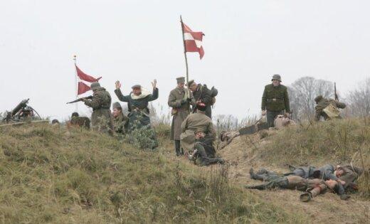 Fotoreportāža: brīvības cīņu kaujas imitācija Zaķusalā