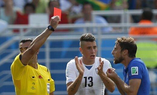 Urugvajai iekļūt 1/8 finālā palīdz tiesnešu vēl viens strīdīgs lēmums; Anglija nespēj uzvarēt uz atvadām